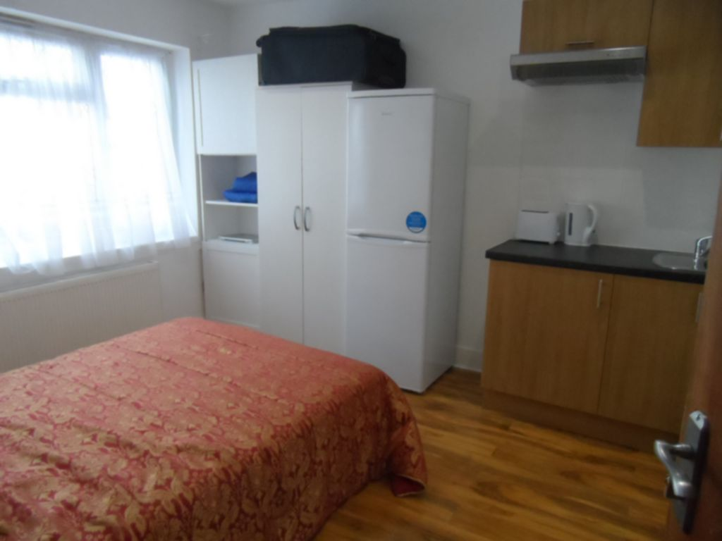 Flat to rent in Neasden, London, NW2