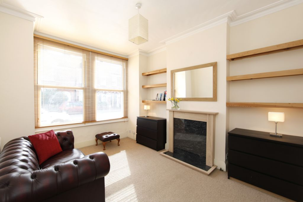 1 Bedroom Flat to rent in Penwith Road, Earlsfield, London, SW18