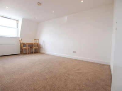 3 Bedroom Flat to rent in Hornsey Road, Archway, London, N19